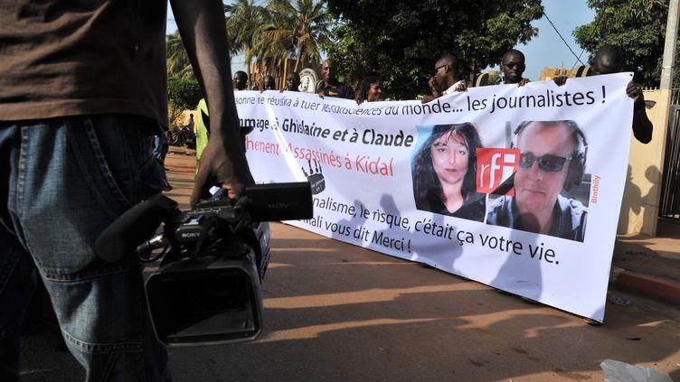 Une marche blanche avec les portraits de Ghislaine Dupont et Claude Verlon organisée par des journalistes maliens le 4 novembre 2013 à Bamako. (STR / AFP)