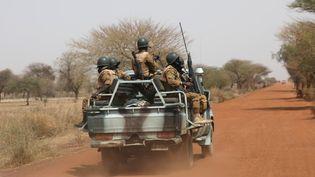 Une patrouille de soldats burkinabés sur la route de Gorgadji, le 3 mars 2019. (LUC GNAGO / REUTERS)