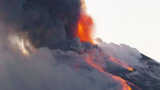 Une éruption de l'Etna, le volcan sicilien mardi 16 février 2021, en Italie. (SALVATORE ALLEGRA / ANADOLU AGENCY / AFP)