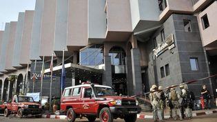 Des forces spéciales en poste devant l'hôtel Radisson Blu de Bamako (Mali), vendredi 20 novembre 2015. (HABIBOU KOUYATE / ANADOLU AGENCY / AFP)