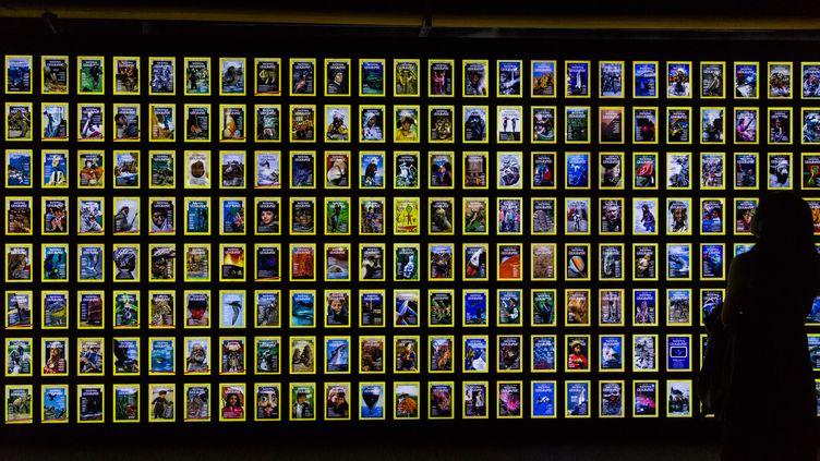 """Les couvertures du """"National Geographic"""" dans une exposition, àXi'an (Chine), le 19 septembre 2017. (SONGCHANGBING / IMAGINECHINA / AFP)"""