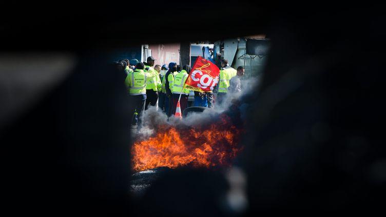 Des opposants à la loi Travail tiennent un blocage près de la raffinerie de Fos-sur-Mer, le 23 mai 2016. (MAXPPP)