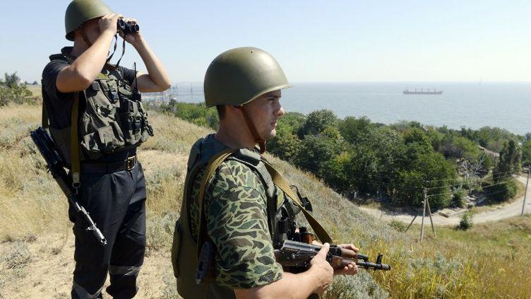 Des soldats ukrainiens patrouillent près de la ville ukrainienne de Novoazovsk, dans l'est du pays, vendredi 15 août. (ALEXANDER KHUDOTEPLY / AFP)