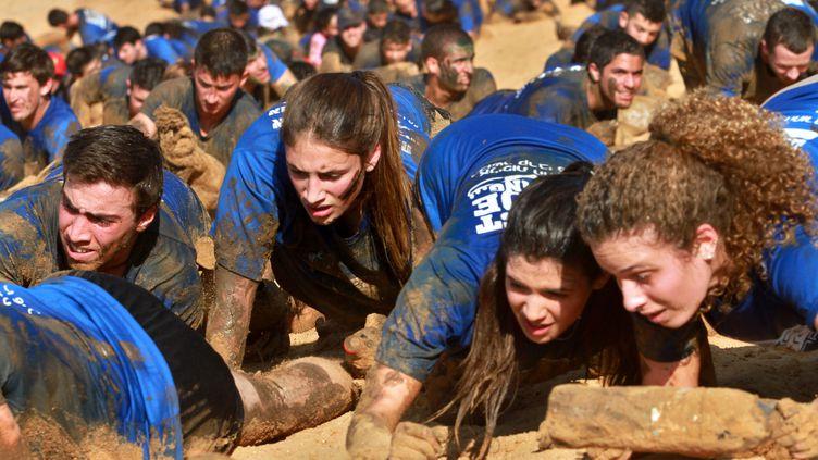Des jeunes israéliens pendant un exercice durant leur service militaire (GIL COHEN-MAGEN / AFP)