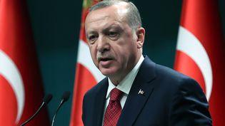 Le président turc, Recep Tayyip Erdogan, annonce l'avancée du calendrier électoral, le 18 avril 2018. (ADEM ALTAN / AFP)