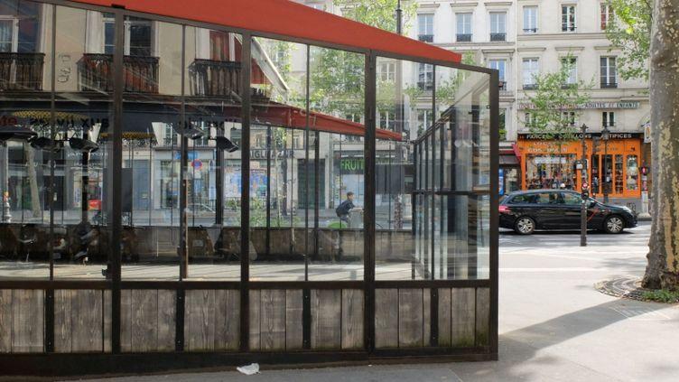 À Paris, place de la République, en attendant de pouvoir accueillir des clients, cette immense terrasse vide ne vit que par les reflets offerts par sa baie vitrée, en avril 2020. (Photo d'illustration) (FRANCE INTER / RADIO FRANCE)