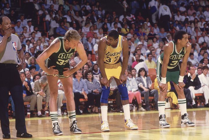 Larry Bird (en vert) et Magic Johnson (en jaune) lors de la finale NBA Boston-Los Angeles, en avril 1987. (PETER READ MILLER / GETTY IMAGES)