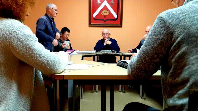 Louis Simoneau (au centre), maire de Ruffigniè (Loire-Atlantique) lors du Conseil municipal du 26 février 2020. (VALENTIN DUNATE / RADIO FRANCE)
