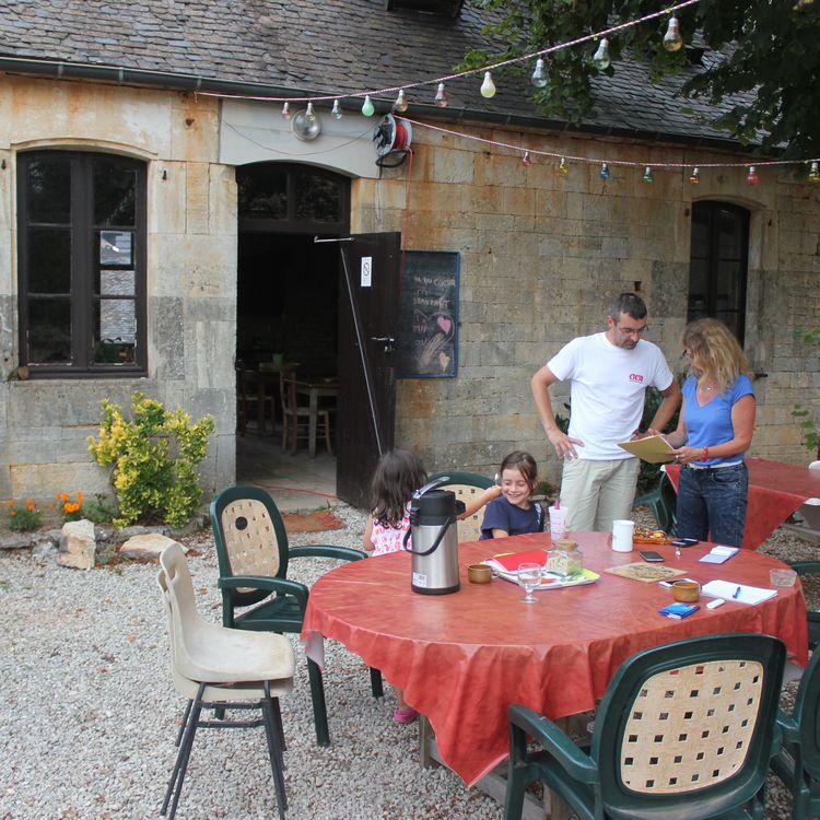 Marlène Gounon-Girard, son fils Yannick et ses deux petites-filles Maëva et Ambre, le 12 août 2015, au hameau Les Ages, àChartrier-Ferrière (Corrèze). (CLEMENT PARROT / FRANCETV INFO)