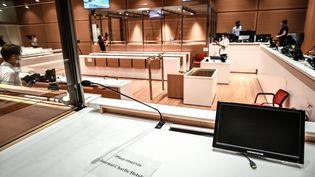 La salle d'audience au tribunal judiciaire de Paris, le 27 août 2020, où se déroulera le procès des attentats de janvier 2015. (STEPHANE DE SAKUTIN / AFP)