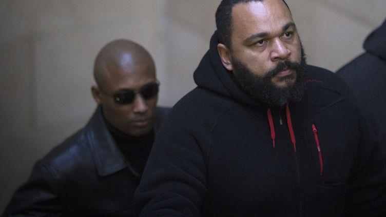 Dieudonné arrive au tribunal, le 13 décembre 2013 à Paris. (JOEL SAGET / AFP)