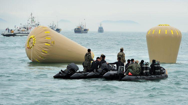 """Des militaires de la marine sud-coréenne sur le site du naufrage du ferry """"Sewol"""", le 18 avril 2014, au large de la Corée du Sud. (JUNG YEON-JE / AFP)"""