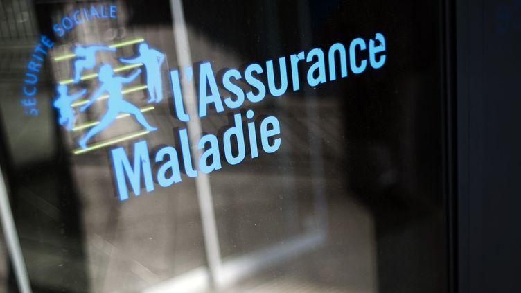 Logo de l'assurance maladie devant un batiment de la Caisse Primaire d'Assurance Maladie à Paris. (FRED DUFOUR / AFP)