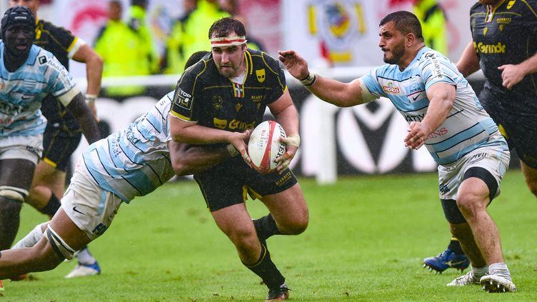 L'Irlandais James Cronin s'échappe face à la défense du Racing 92, le 18 septembre en Top 14, au StadeAguilera de Biarritz (GAIZKA IROZ / AFP)
