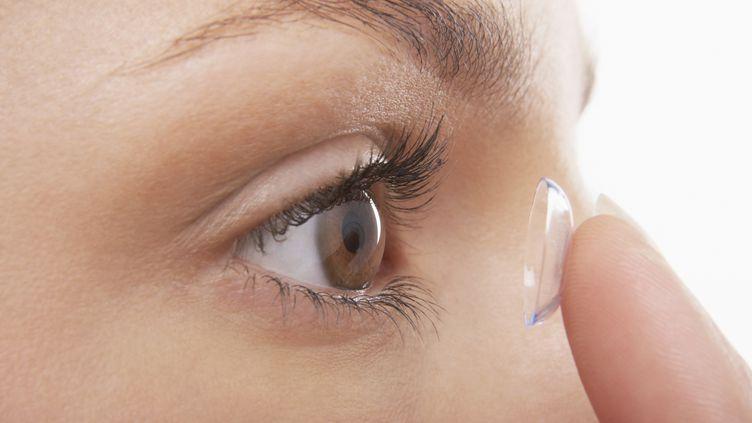 """Une étudiante taïwanaise devient aveugle après avoir gardé ses lentilles pendant six mois, révèle le """"DailyMail"""". (GETTY IMAGES / MOODBOARD RF)"""
