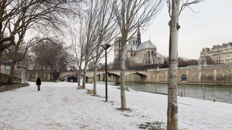 le quartier de la cathédrale Notre-Dame, à Paris, sous la neige, le 5 février 2012. (FRANCOIS GUILLOT / AFP)