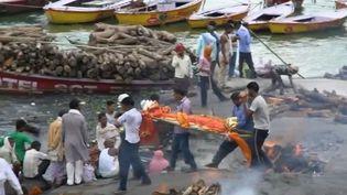 En Inde, Varanasi, ville sainte, se transforme chaque jour en un gigantesque égout. (FRANCE 2)