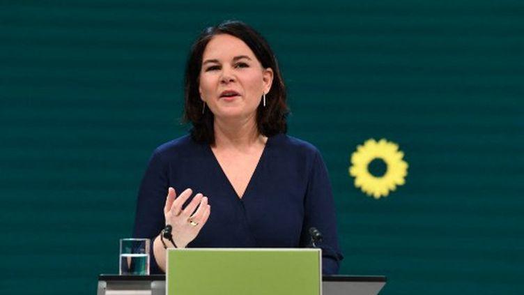 Lacoprésidente du parti écologiste allemandAnnalena Baerbock lors de son discoursaprès avoir été choisie comme candidateà la chancellerie, le 19 avril 2021 à Berlin. (ANNEGRET HILSE / AFP)