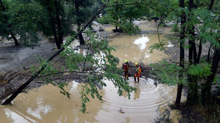 Des sauveteurs s'activent après l'inondation d'un camping de Saint-Julien-de-Peyrolas (Gard), le 9 août 2018. (BORIS HORVAT / AFP)
