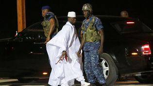 L'ancien président gambien Yahya Jammeh à l'aéroport de Banjul le 21 janvier 2017, en partance vers son exil après avoir été battu à la présidentielle. (THIERRY GOUEGNON / REUTERS)