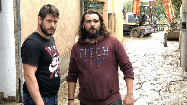 Julien (à gauche),victime des inondations de Trèbes, dans l'Aude, et son voisin Frédéric, le lundi 16 octobre 2018. (MATTHIEU MONDOLONI / FRANCEINFO)