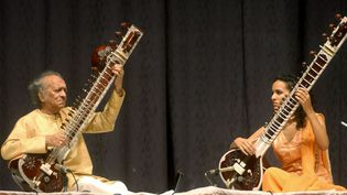 Ravi Shankar et sa fille Anoushka le 25 février 2004  (RAVI RAVEENDRAN / AFP)