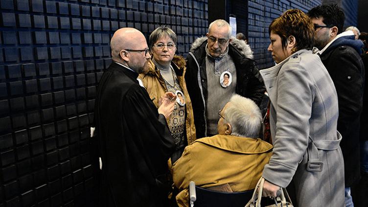 (La famille d'Anne Barbot avant de rentrer dans la salle du tribunal ce jeudi © MAXPPP/FRANCK DUBRAY)