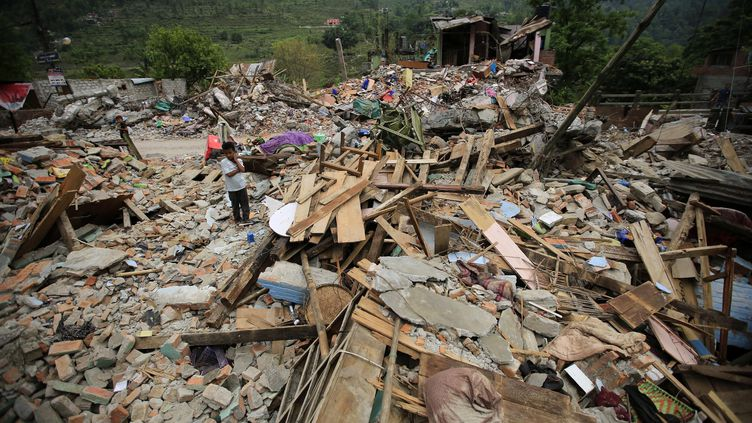 Des immeubles détruits dans le village deLamosangu (Népal), près de la frontière chinoise, le 10 mai 2015. (METIN AKTAS / ANADOLU AGENCY / AFP)