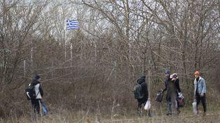 Des migrants à la frontière entre la Turquie et la Grèce, à Edirne (Turquie), le 28 février 2020. (GOKHAN BALCI / ANADOLU AGENCY / AFP)