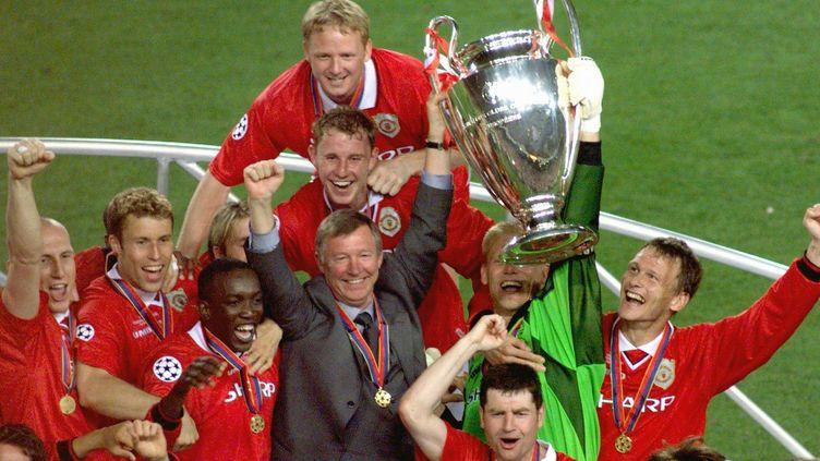 Alex Ferguson et les joueurs de Manchester United brandissent la Ligue des champions en 1999