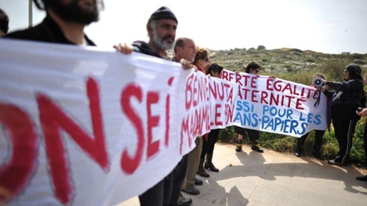 """""""Vous n'êtes pas la bienvenue, Mme Le Pen !"""", ont scandé des manifestants sur l'île de Lampedusa, le 14 mars (AFP - Chirstophe Simon)"""