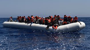 Les migrants attendent au cours d'une opération de sauvetage en mer de l'Aquarius, un bateau deMédecins Sans Frontières, le 24 mai 2016 en face des côtes libyennes. (GABRIEL BOUYS / AFP)