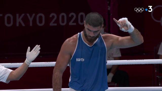 Le Français Mourad Aliev ne manque pas son entrée dans ces JO. Le Français a dominé Siyovush Zukhurov en +91kg et accède tranquillement au prochain tour.
