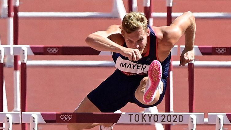 Kevin Mayer sur le 110 m haies, sixième épreuve du décathlon des Jeux de Tokyo, jeudi 5 août. (JAVIER SORIANO / AFP)