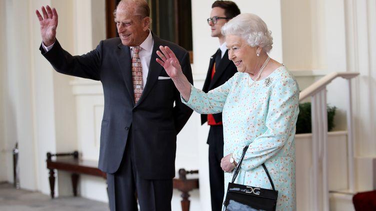 La reine Elizabeth II et le prince Philip, le 14 juillet 2017, lors de la visite du roi d'Espagne Felipe VI et de la reine Letizia à Buckingham Palace, à Londres (Royaume-Uni). (CHRIS JACKSON / AFP)