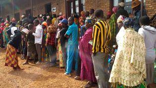 Aucune mesure de distanciation physique n'est observée entre ces électeurs burundais qui font la queue devant un bureau de vote à Gitega, le 20 mai 2020. (EVRARD NGENDAKUMANA / X03697)