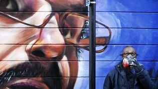 Neequaye Dreph Dsane a fait le portrait d'un artiste britanno-marocain sur un mur de Shoreditch, le quartier du street art à Londres  (ADRIAN DENNIS / AFP)