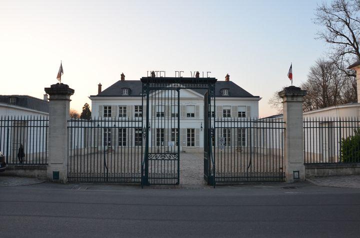 Le chateau de Villiers, où Georges Tron a fait installer son bureau, le 12 mars 2014 à Draveil (Essonne). (THOMAS BAIETTO / FRANCETV INFO)
