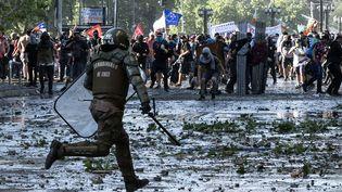 De nouvelles violences ont éclaté entre manifestants et forces de l'ordre, jeudi 24 octobre à Santiago au Chili. (PEDRO UGARTE / AFP)