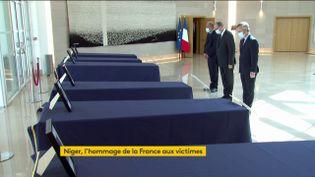 Jean Castex, Eric Dupond-Moretti et Jean-Baptiste Lemoyne se recueillent devant les cercueils des six humanitaires français tués au Niger, le 14 août 2020, à l'aéroport d'Orly. (FRANCEINFO)