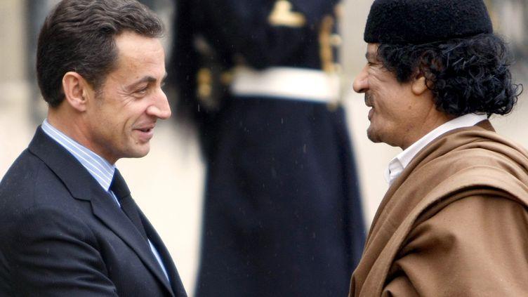 L'ancien président de la République Nicolas Sarkozy et l'ex-dictateur libyenMouammarKadhafi, le 10 décembre 2007 au palais de l'Elysée, à Paris. (FRANCK FIFE / AFP)
