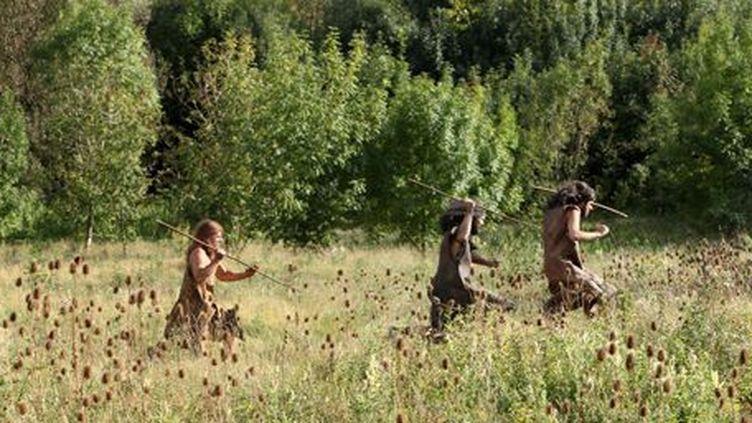 Des hommes préhistoriques recherchent du gibier... Image tirée du docu-fiction«Paris, la ville à remonter le temps»(2012) (AFP - Manuel Cohen)