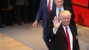 """Le président-élu des Etats-Unis, Donald Trump, dans le hall des locaux du """"New York Times"""", mercredi 23 novembre 2016. (SPENCER PLATT / GETTY IMAGES NORTH AMERICA / AFP)"""