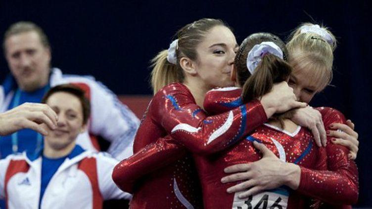 Les Françaises Youna Dufournet, Marine Brevet et Sophia Serseri heureuses avec l'équipe de France