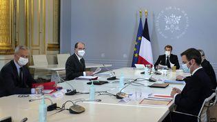 Emmanuel Macron préside le Conseil de défense sur la crise sanitaire, le 12 novembre 2020 à l'Elysée. (THIBAULT CAMUS / AFP)