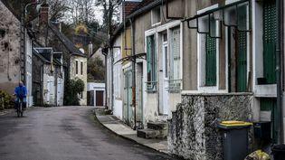 La maison aux volets verts dans laquelle vit l'un des couples soupçonnés de viols et agressions sexuelles sur des mineurs, àChâtillon-en-Bazois (Nièvre), le 14 novembre 2018. (JEAN-PHILIPPE KSIAZEK / AFP)