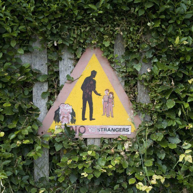 """Un panneau """"Dire non aux étrangers"""" est planté dans une ville britannique pour tenter de prévenir les affaires de pédophilie, en 2008. (DOUG BYRNES / CORBIS RF STILLS / GETTY IMAGES)"""