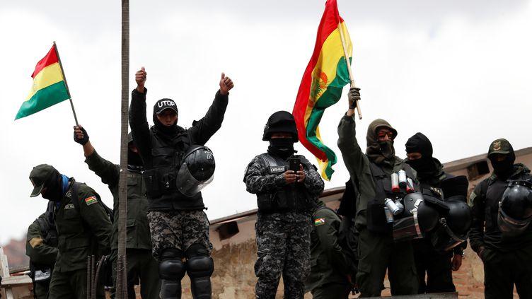 Des policiers montent sur le toit d'un bâtiment de la police lors d'une manifestation contre le gouvernement à La Paz en Bolivie, le 9 novembre 2019. (CARLOS GARCIA RAWLINS / REUTERS)