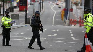 La police continue ses investigations, le 4 juin 2017, au lendemain de l'attentat qui a frappé Londres sur le London Bridge. (DANIEL LEAL-OLIVAS / AFP)