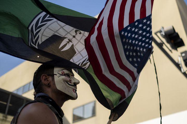 Un manifestant portant un masque de Guy Fawkes, le 31 mai 2020 à Miami (Floride). (RICARDO ARDUENGO / AFP)